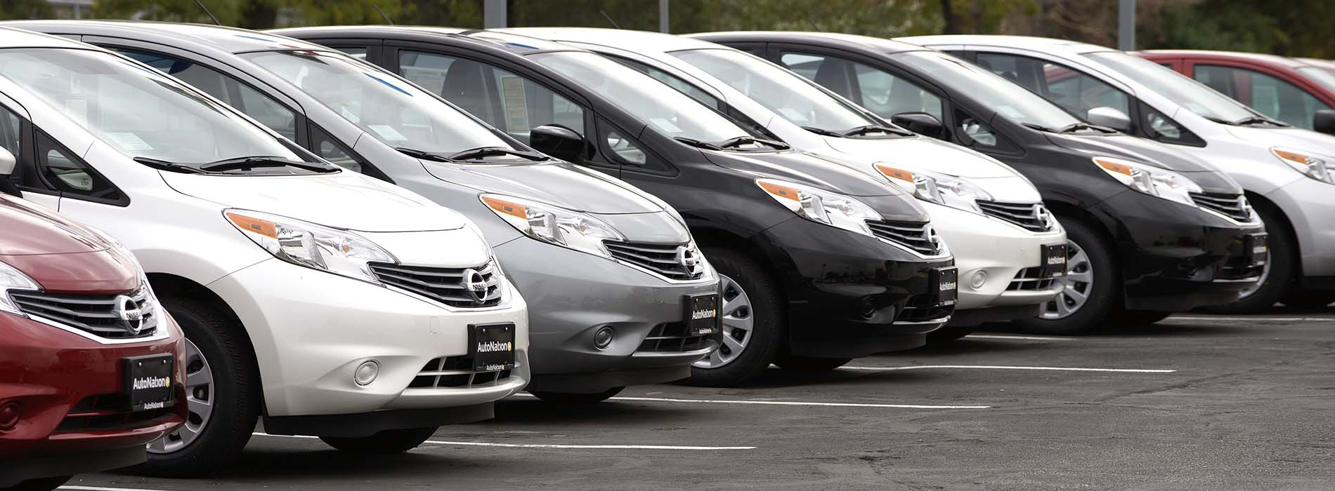 A line of new Nissan autos is seen outside a Nissan auto dealer in Broomfield, Colorado October 1, 2014. U.S. auto sales in the third quarter were the best in eight years, but mixed September results from leading automakers on Wednesday indicated the industry's torrid summer pace is slowing. Nissan sales climbed 19 percent, to 102,955. Analysts looked for a 15 percent increase. The company's premium Infiniti brand fell 13 percent, while sales of the Nissan Leaf electric car jumped 48 percent. REUTERS/Rick Wilking (UNITED STATES - Tags: BUSINESS TRANSPORT) - RTR48K5M